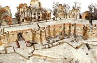 Escalade par temps de neige d'une ville fortifiée à l'antique